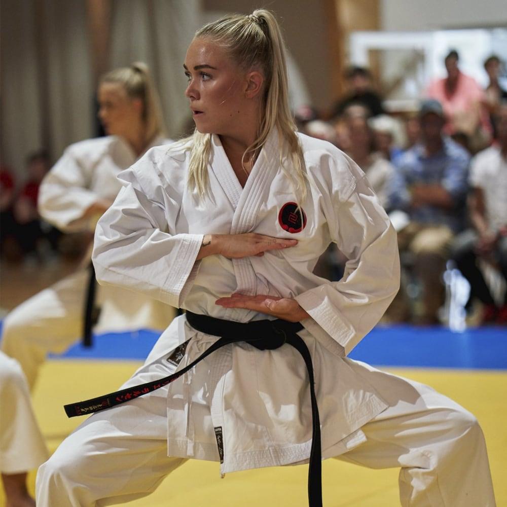 Pige der udøver karate